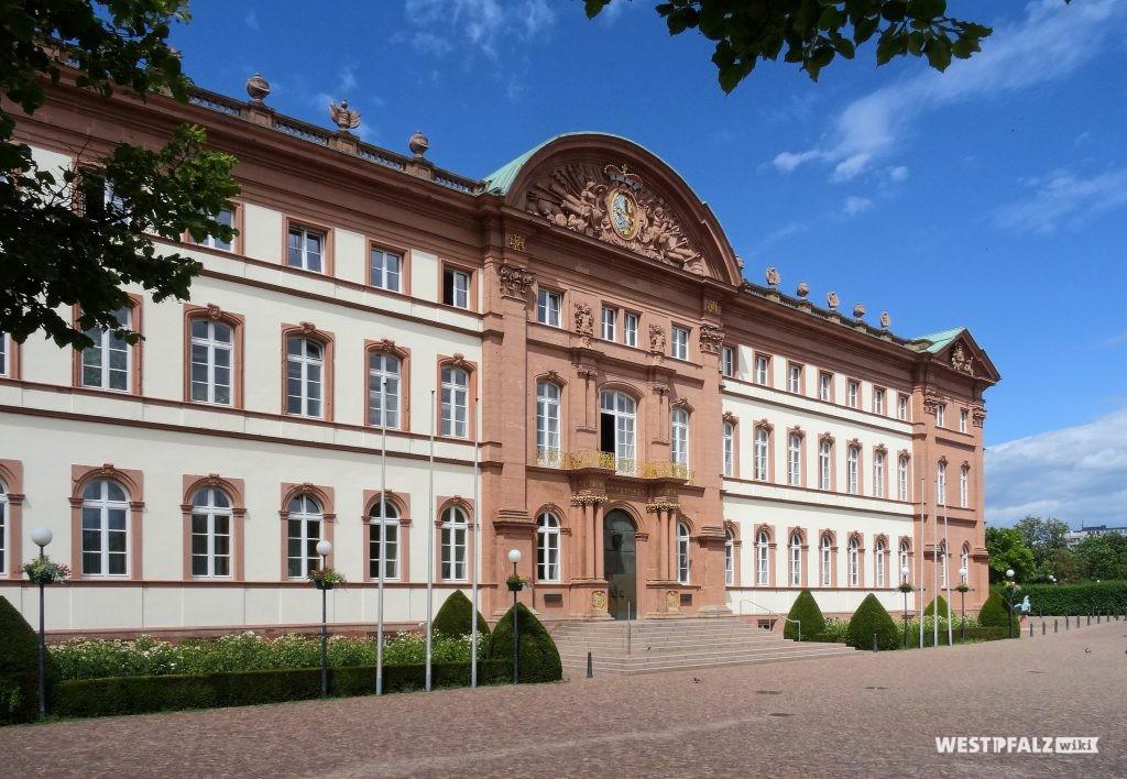 Blick auf die nach Süden ausgerichtete Hoffassade des Zweibrücker Schlosses. Zu sehen sind die vertikale und horizontale Fassadengliederung, die große Freitreppe, der dekorierte Segmentgiebel, sowie die Balustarde vor dem flachen Dach.