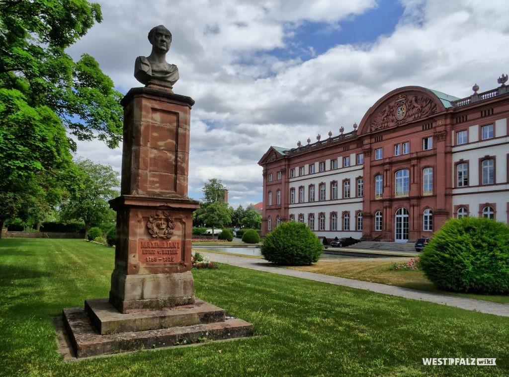 Blick in den Zweibrücker Schlossgarten. Im Vordergrund steht das Denkmal König Maximilians I. Joseph.
