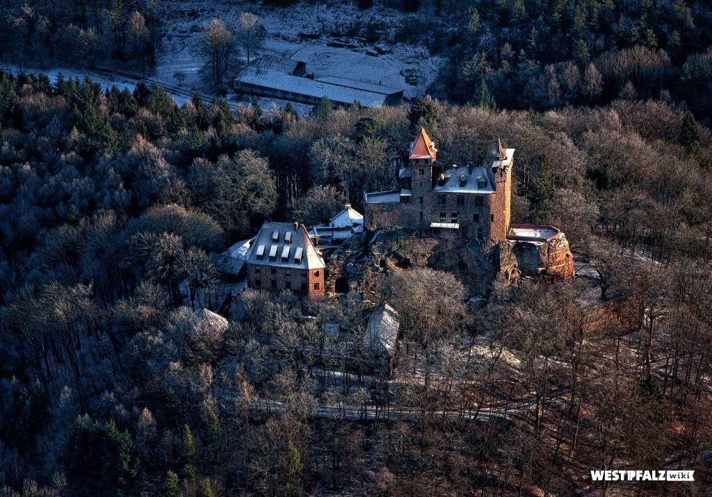 Burg Berwartstein im Winter aus der Vogelperspektive.