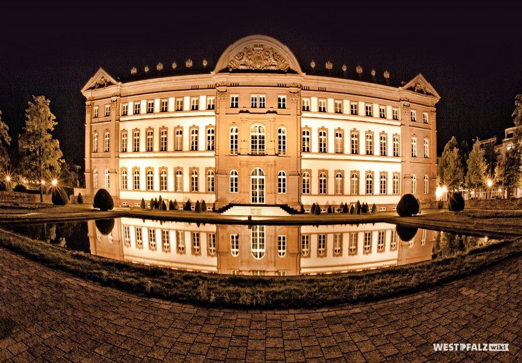 Das beleuchtete Schloss in Zweibrücken bei Nacht von der nördlichen Gartenseite.