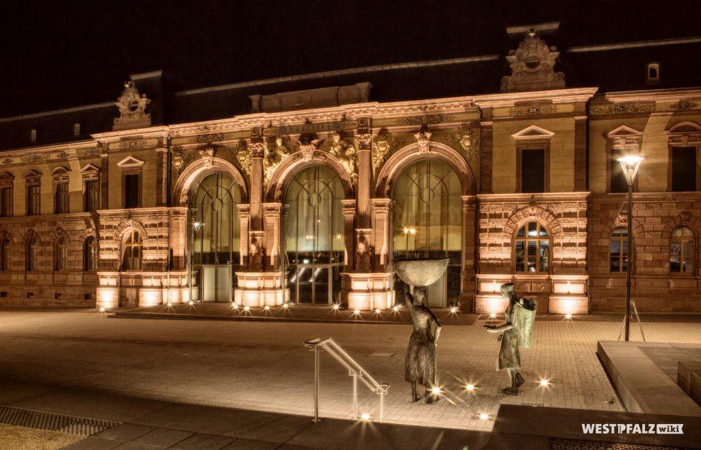 Süd-Ost-Front des Forum Alte Post in Pirmasens bei Nacht.