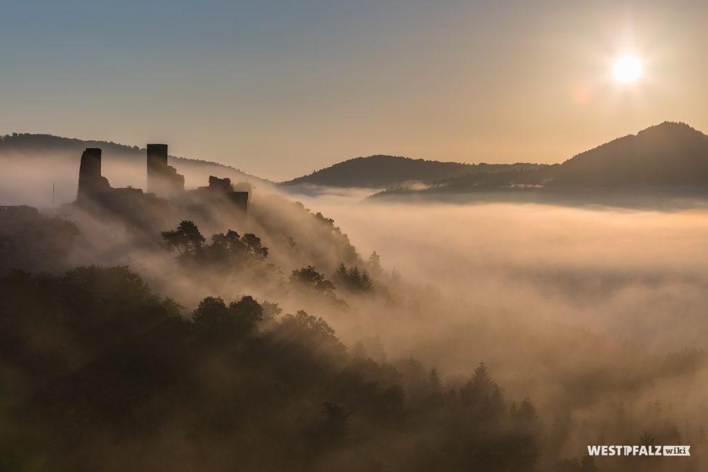 Die Burgen Altdahn und Grafenfahn im Nebel.