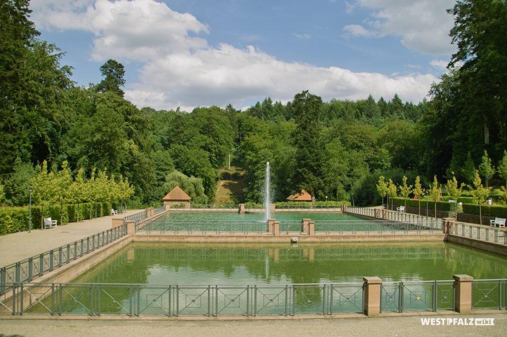 Die beiden Wasserbecken mit Fontänen auf dem Gelände der Fasanerie in Zweibrücken.