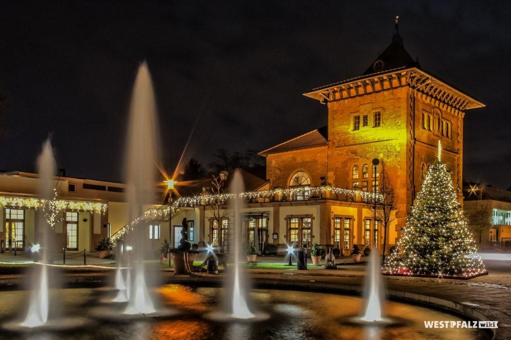 Gartenschau Kaiserslautern mit Blick auf das Brauhaus bei Nacht