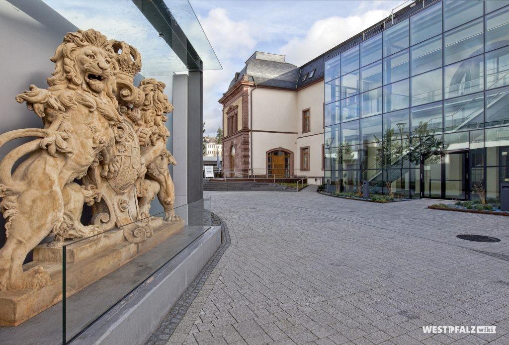 Einfahrt zum Haupteingang des Forum Alte Post in Pirmasens aus Südwesten.