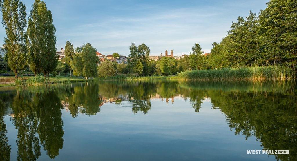 Blick über den See im Strecktalpark in Pirmasens.