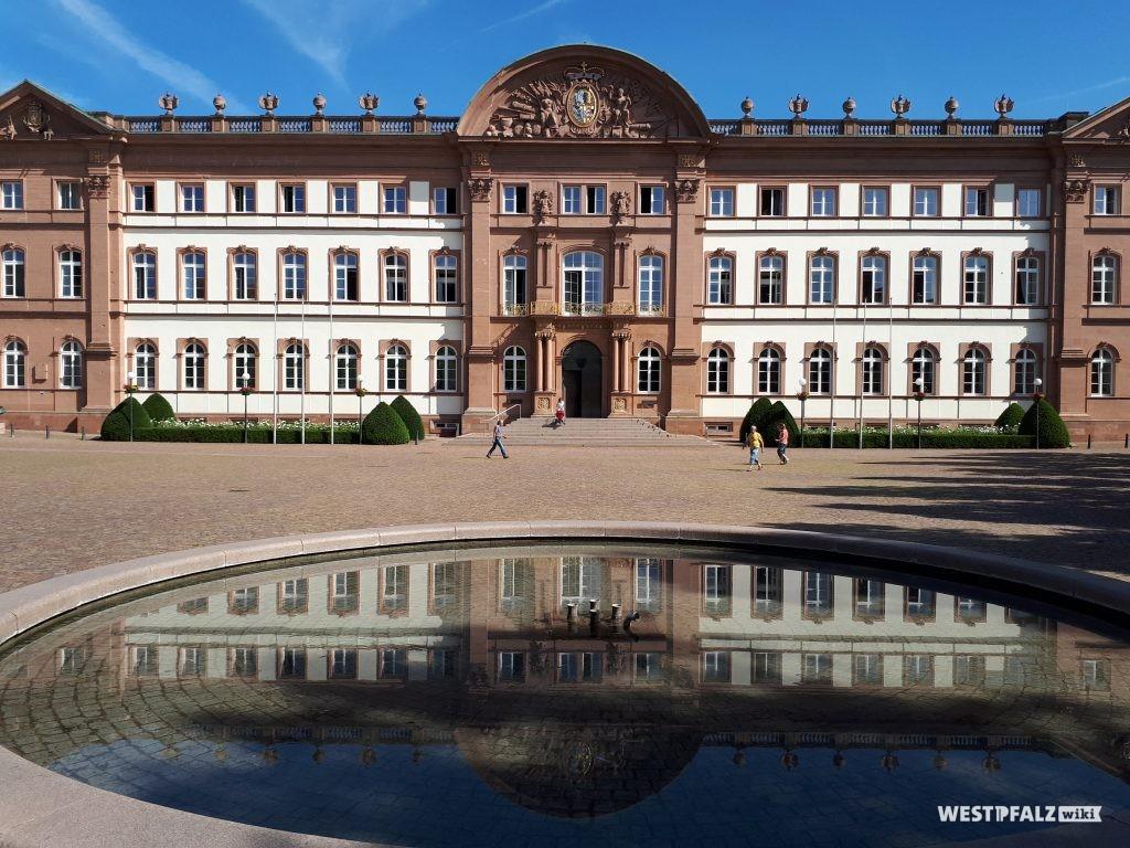 Schloss in Zweibrücken. Im Vordergrund der Brunnen auf dem Schlossplatz