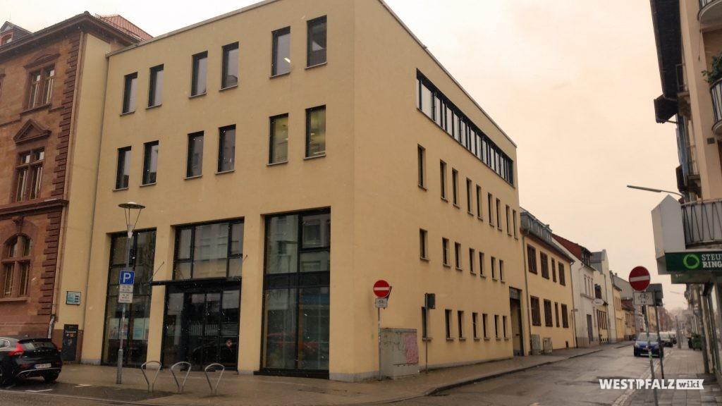 Moderner Anbau des Finanzamts in Kaiserslautern