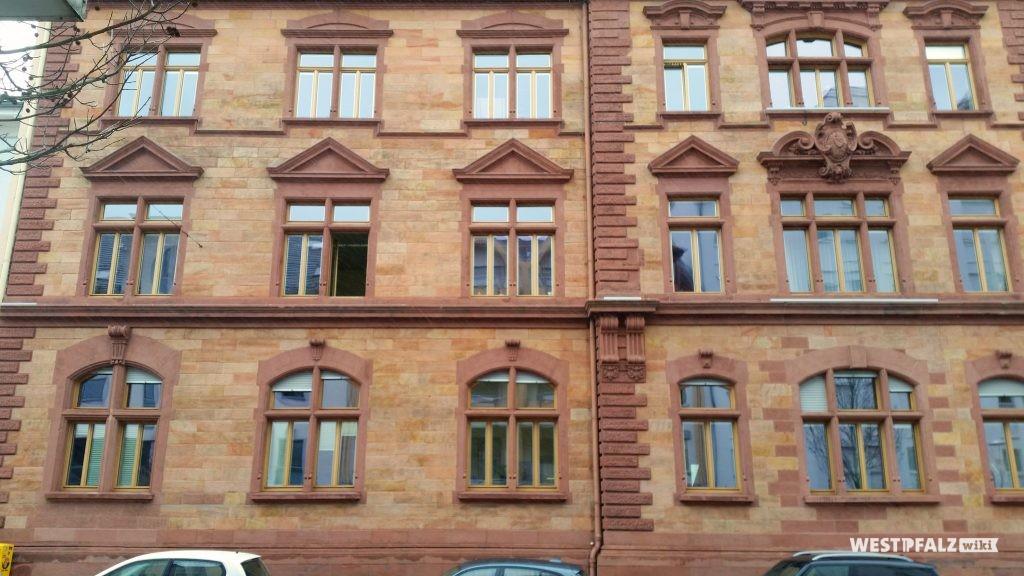 Historische Fassade aus Sandstein des Finanzamts in Kaiserslautern