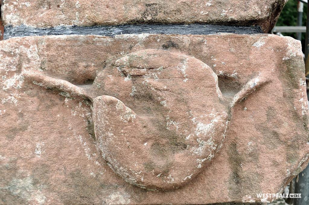 Eingemeißelter Tierkopf zur Geisterabwehr am südlichen Dach.