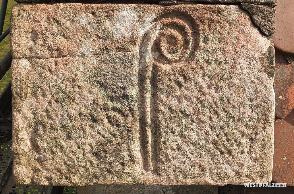 Stein mit eingemeißeltem Bischofsstab im Mauerwerk des Aschbacherhof-Turmes.