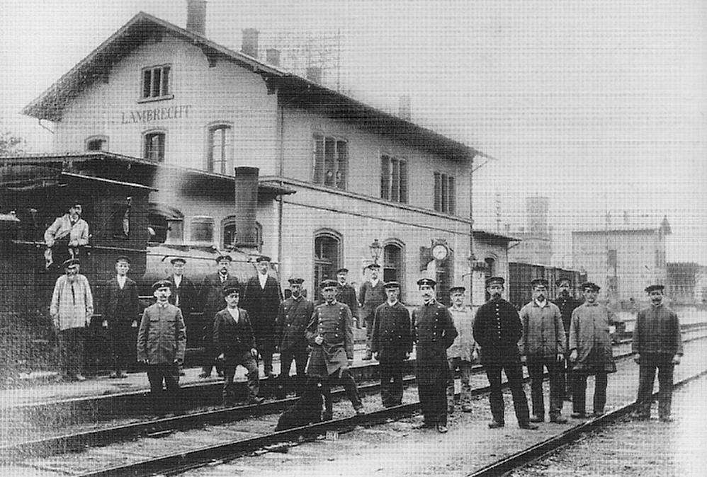 Männer auf den Gleisen vor dem Bahnhof in Lambrecht um 1900.
