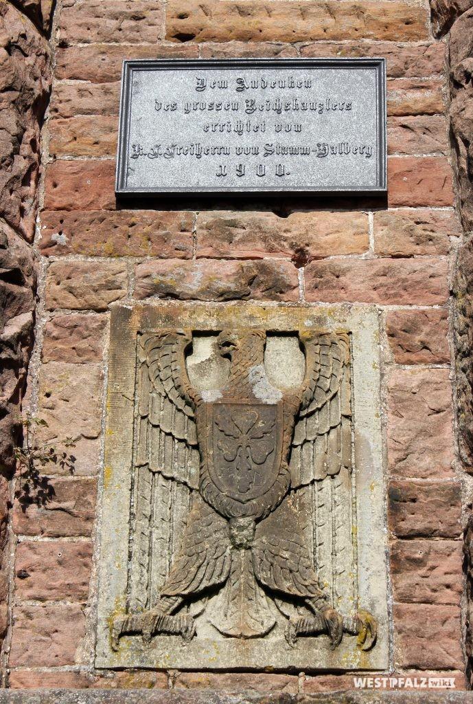 """Widmungstafel mit Inschrift und Reichsadlerrelief des Bismarckturms in Landstuhl (2010). Die Inschrift lautet: """"Dem Andenken des grossen Reichskanzlers errichtet von K.F. Freiherr von Stumm-Halberg 1900."""""""