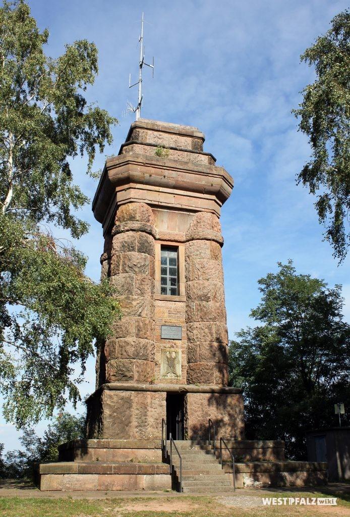 Blick auf den Eingangsbereich des Bismarckturms in Landstuhl (