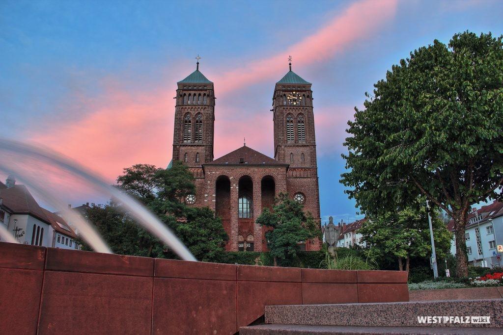 Westfront der Pirminiuskirche Primasens - Blick vom Schlossplatz auf die St. Pirminiuskirche.