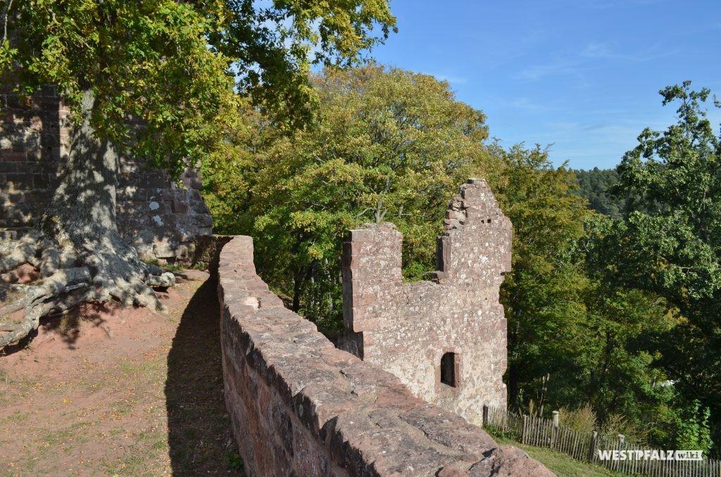Blick von der Oberburg auf die Überreste eines ehemaligen Zugangs mit Torbogen im Osten der Anlage.
