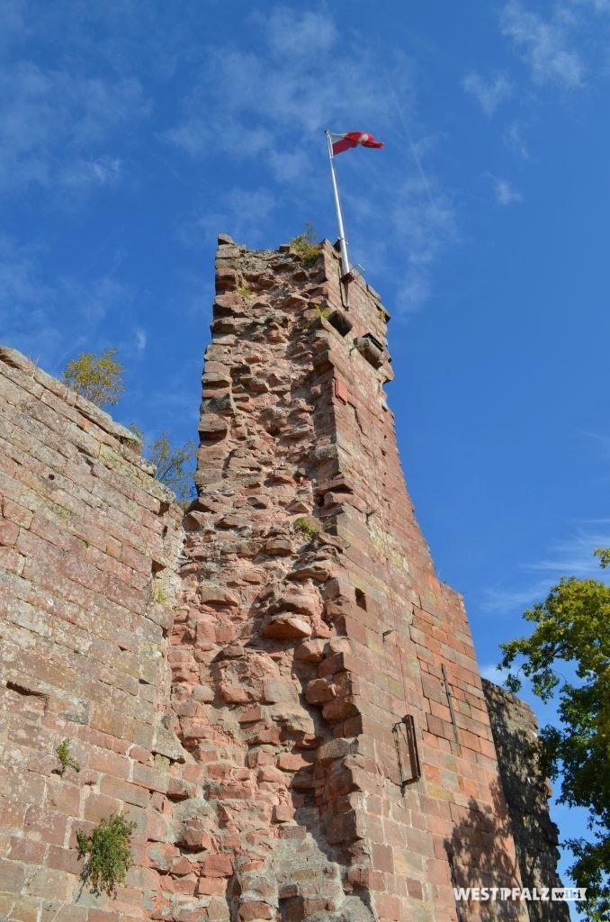 Der heute noch 20 Meter hohe Bergfried ist Teil der elf Meter hohen Schildmauer.