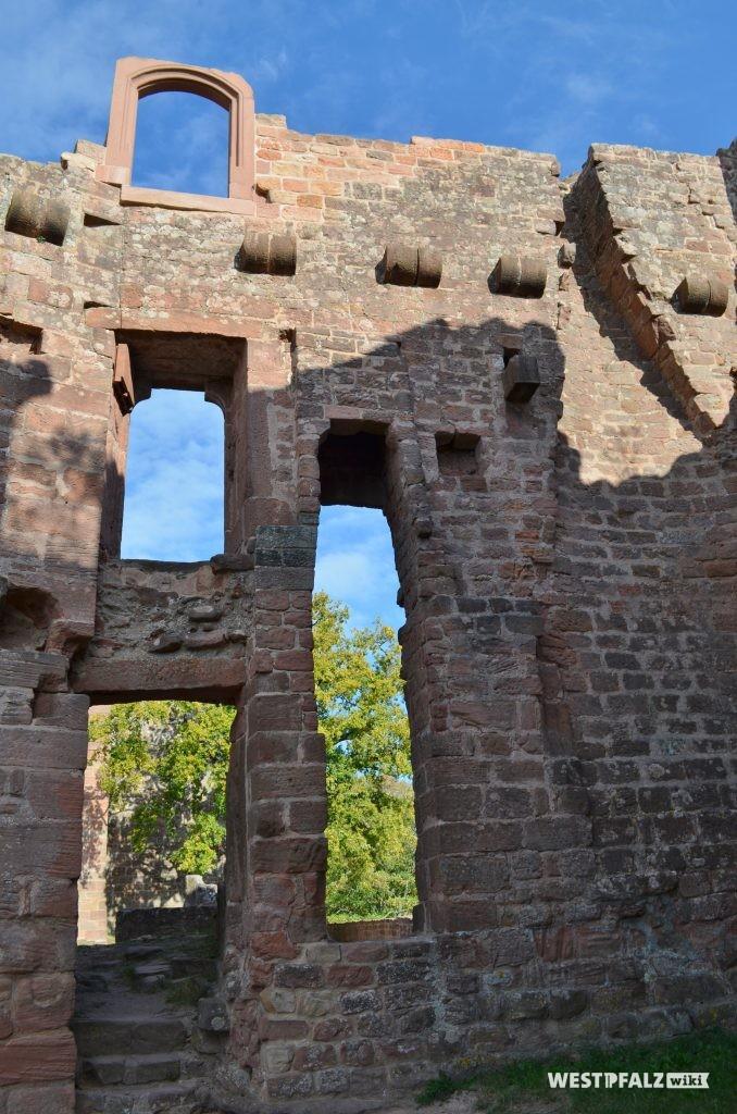 Mehrere Stockwerke aufragende Fassade der ehemaligen Wehr- und Wohnbauten der Burg Hohenecken.