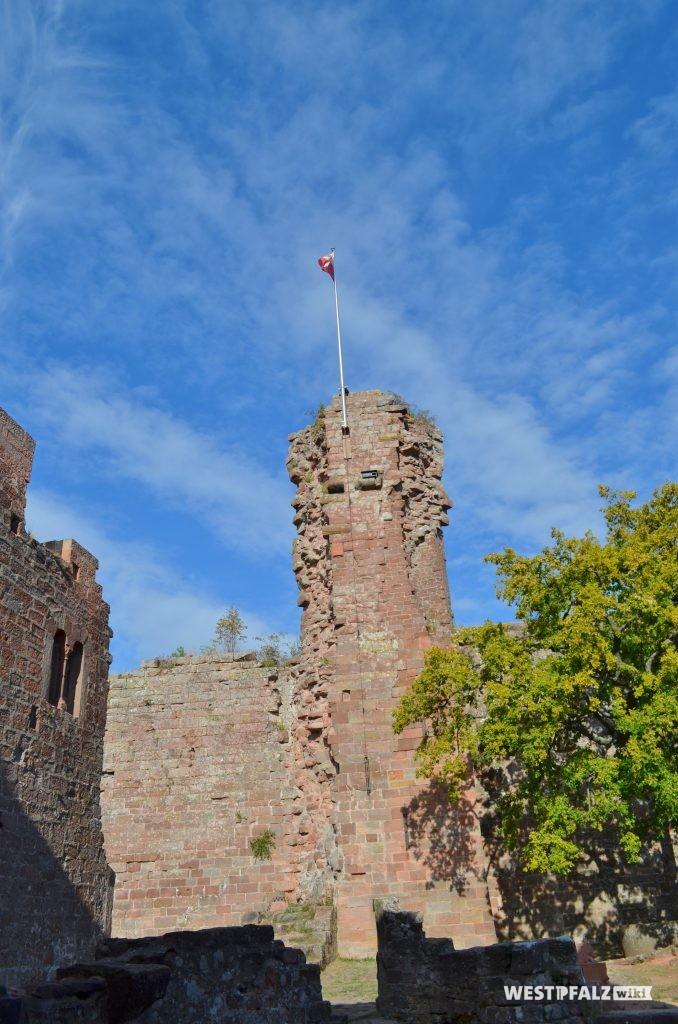 Blick auf den heute noch 20 Meter hohen ehemaligen Wehrturm. Er ist Teil der elf Meter hohen Schildmauer.
