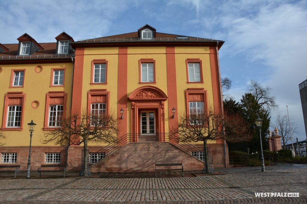 Westansicht mit Blick auf den Eingangsbereich des Ostflügels des Barockschlosses in Kirchheimbolanden (2015).