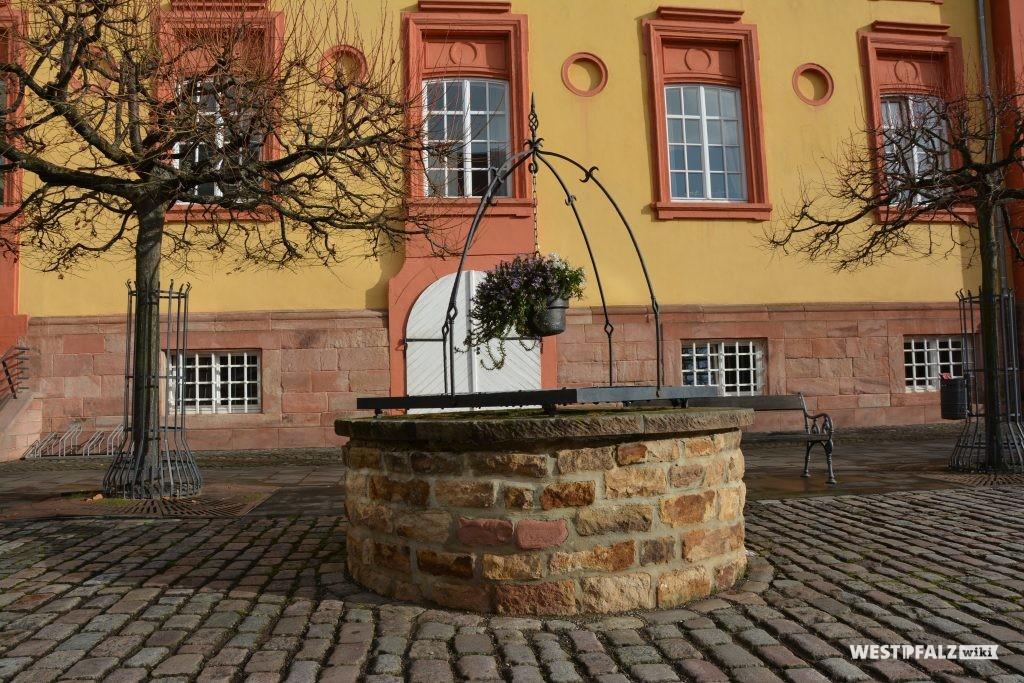 Ehemaliger Brunnen im Innenhof vor dem Ostflügel des Barockschlosses in Kirchheimbolanden (2015).
