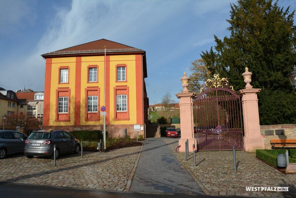 Blick von Süden auf das Barockschloss in Kirchheimbolanden und den angrenzenden Schlossgarten. Im Hintergrund der Bildmitte sind die heutigen Weinreben des ehemaligen Terrassengartens zu erkennen (2015).