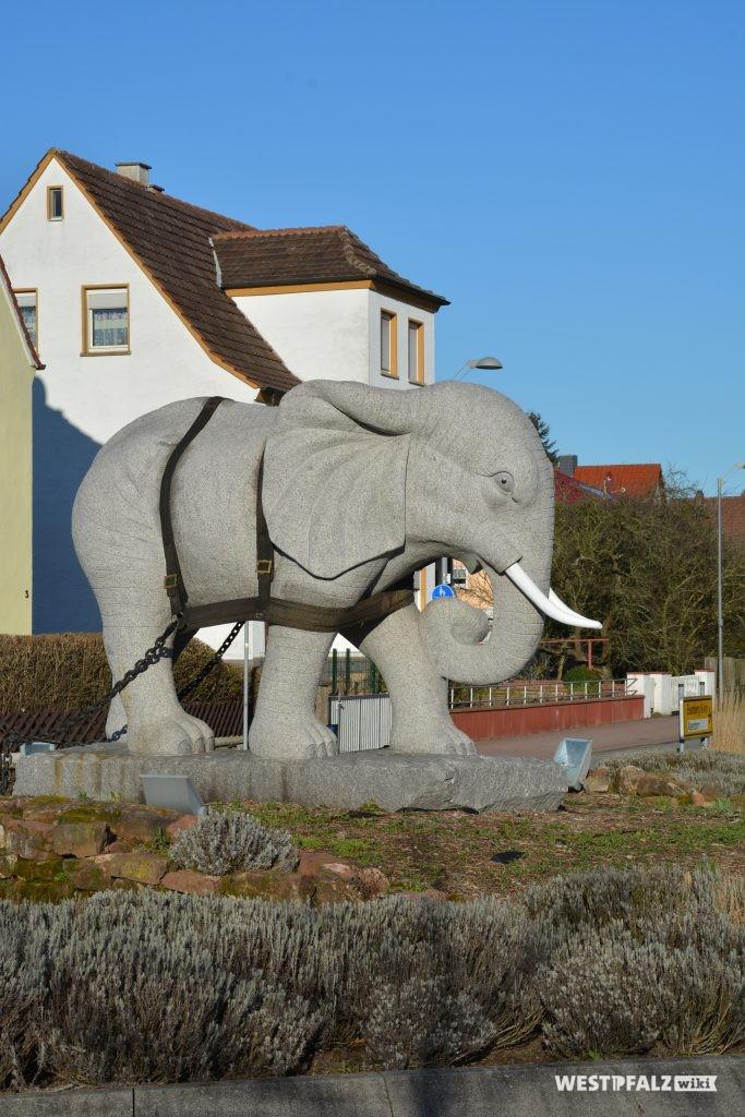 Das Denkmal eines 15 Tonnen schweren Elefanten aus Granit, eingespannt in ein Arbeitsgeschirr in Enkenbach.