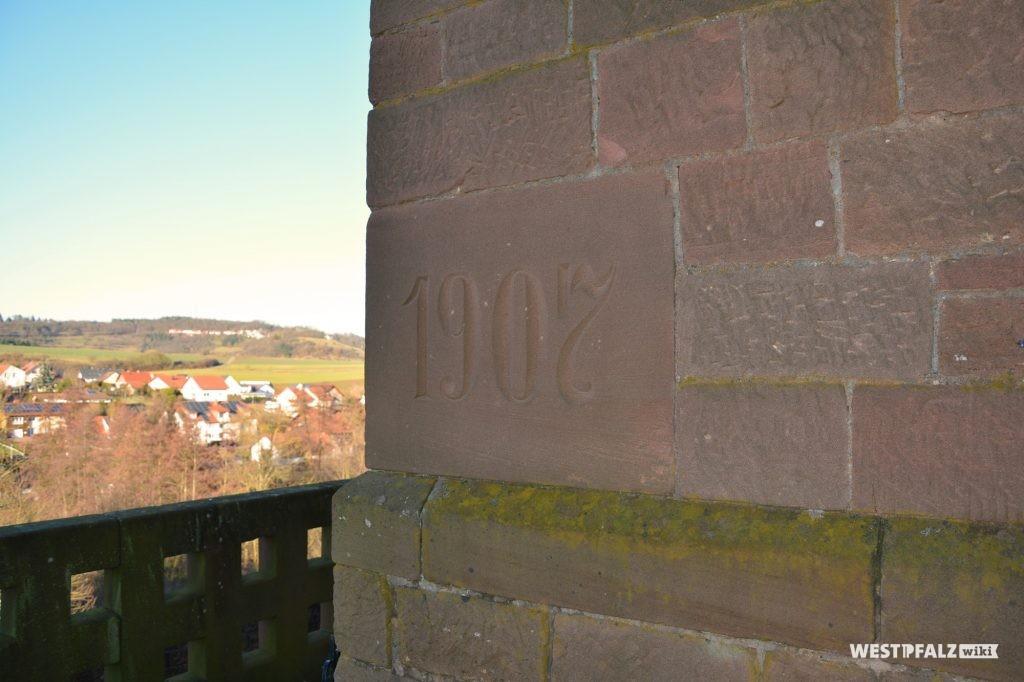Hinweis auf Errichtungsjahr der Saalkirche im Sandstein der protestantischen Kirche in Ramsen.
