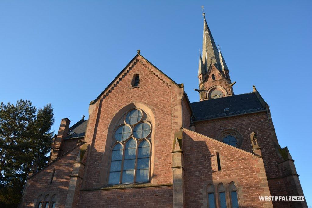 West-Front der Protestantischen Pfarrkirche in Eisenberg in der Pfalz.