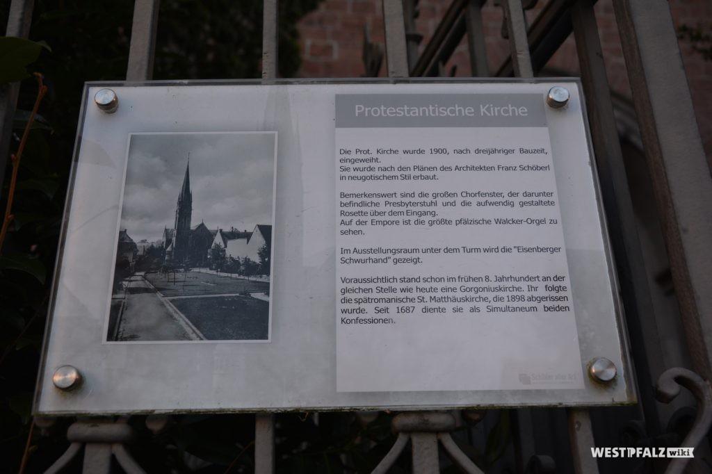 Informationstafel zur Protestantischen Pfarrkirche in Eisenberg in der Pfalz.