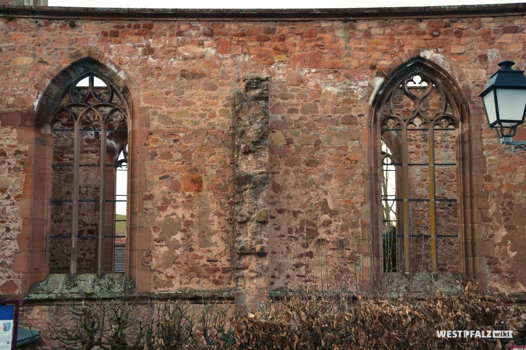 Blick auf die Außenwand  des Kloster St. Maria in Rosenthal aus westlicher Richtung.