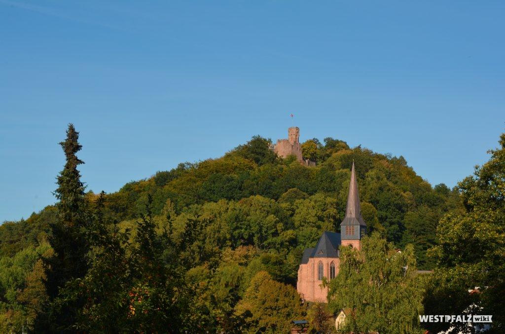 Blick von Hohenecken auf den Schlossberg. Oben befindet sich die Burg Hohenecken, darunter die Katholische Pfarrkirche St. Rochus.