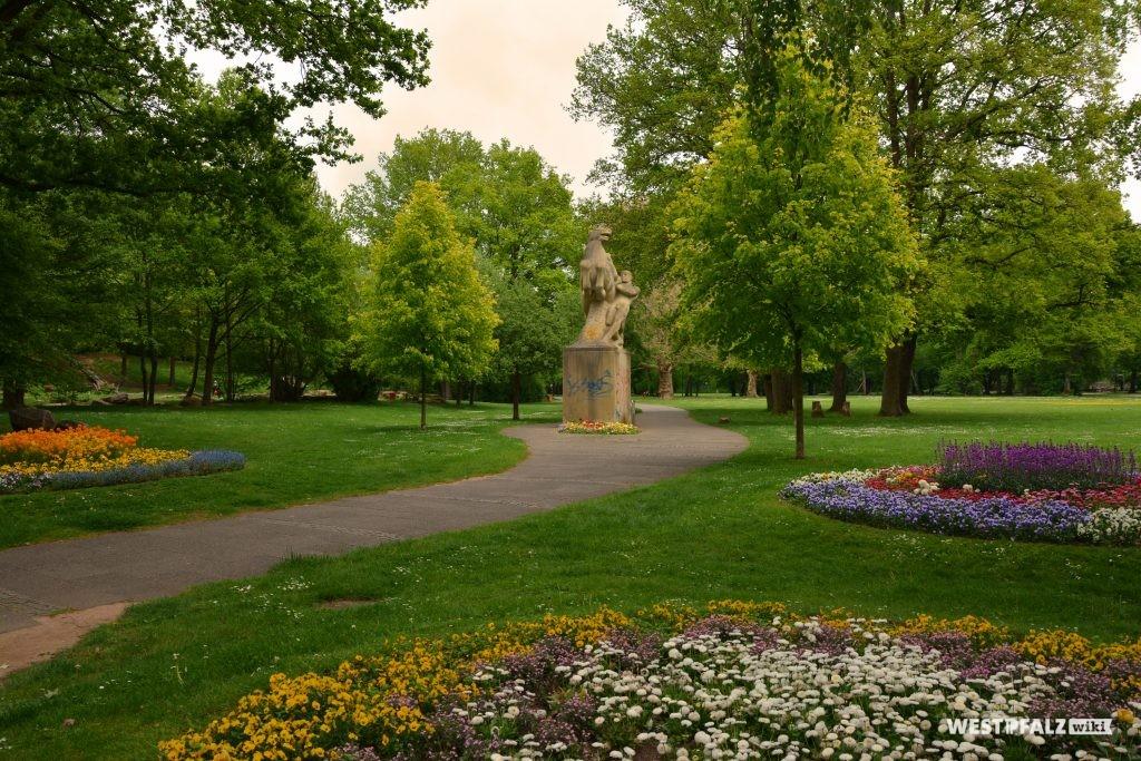 """Blick in den Volkspark in Kaiserslautern. In der Bildmitte ist die Skulptur """"Rossebändiger"""" aus dem Jahr 1925 zu sehen"""