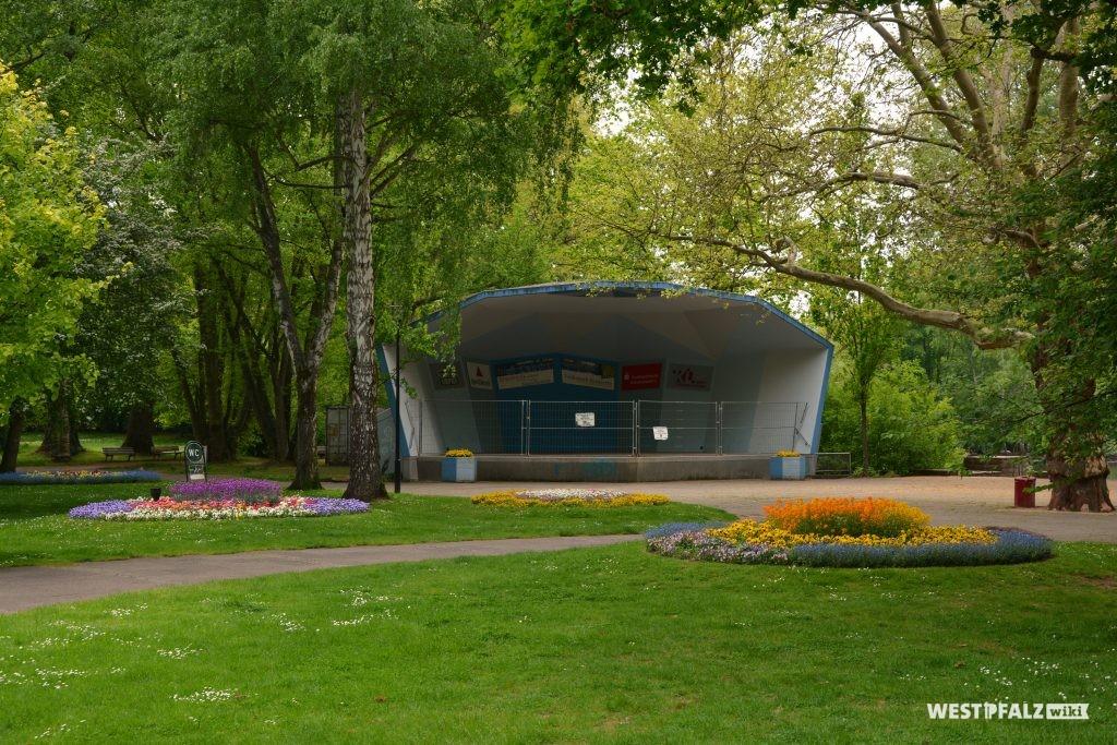 Pavillon mit vorgelagerter Freifläche für Veranstaltungen im Volkspark in Kaiserslautern