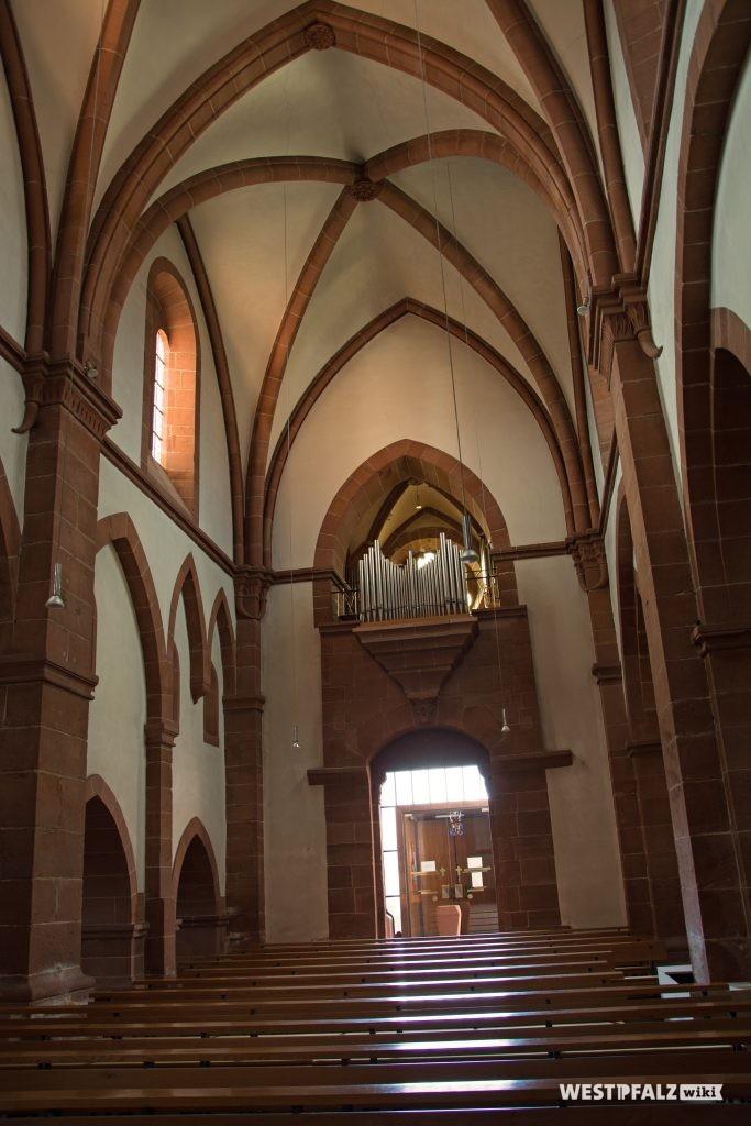 Blick durch das Langhaus in Richtung Hauptportal und Orgel