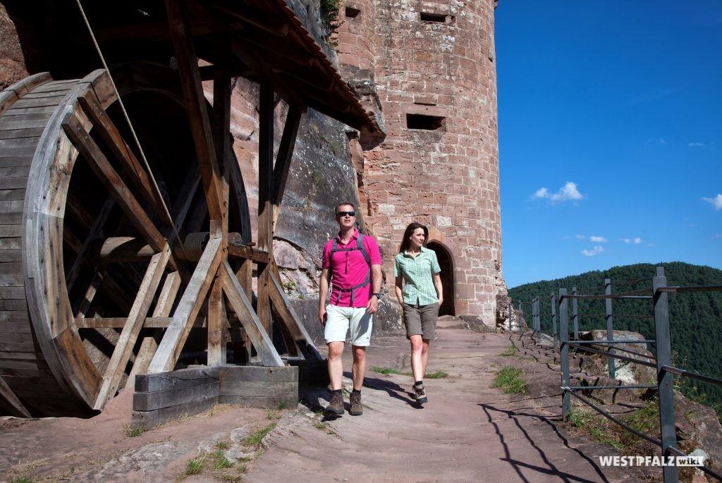 Touristen auf der Burg Altdahn.