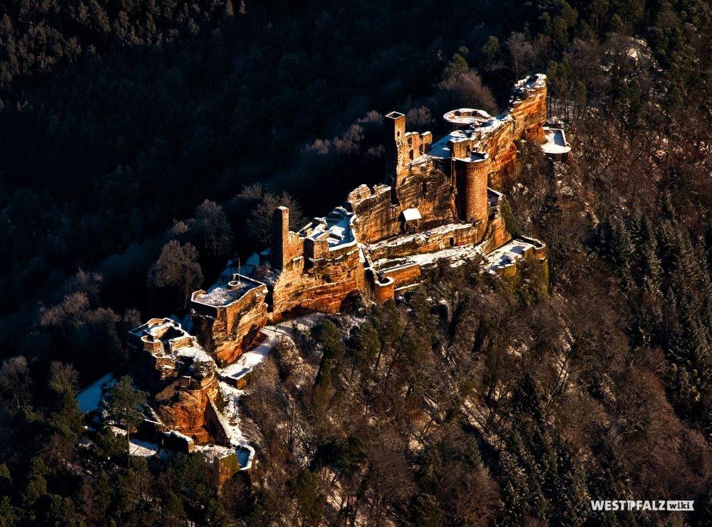 Luftaufnahme der Dahner Burgengruppe im Winter