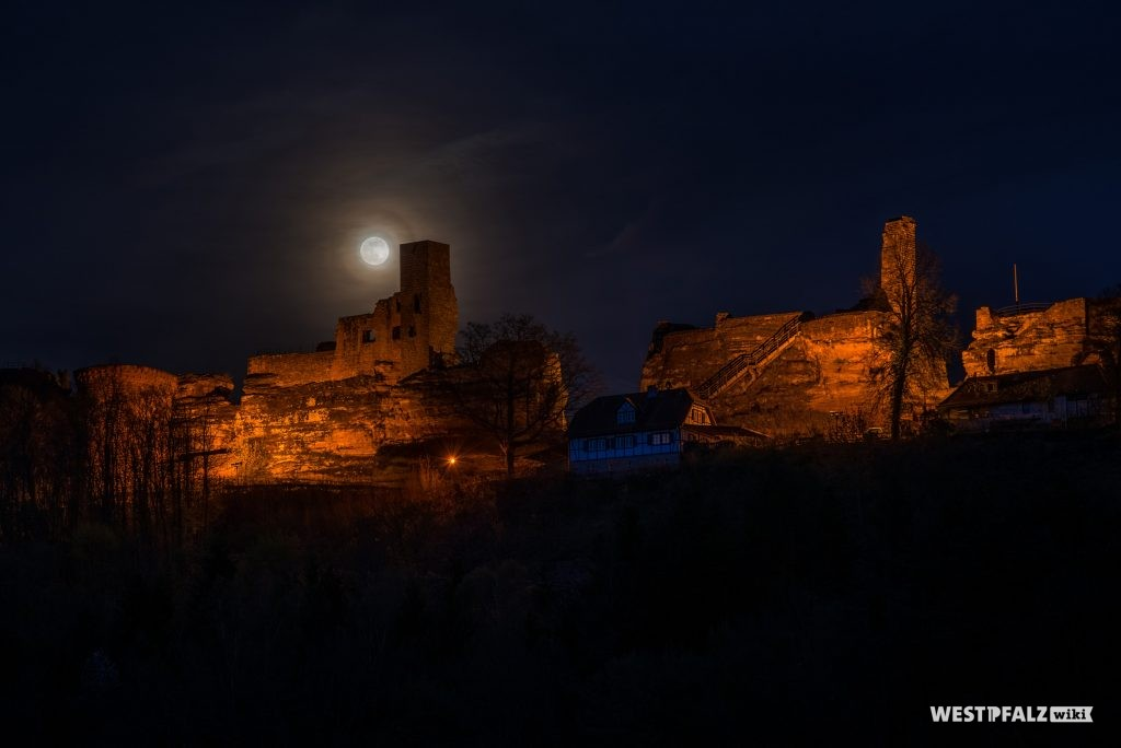 Beleuchtete Dahner Burgengruppe bei Vollmond