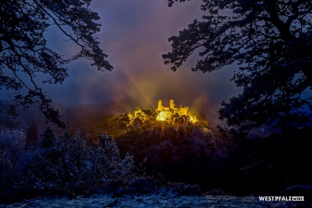 Blick auf die verschneite Burg Altdahn