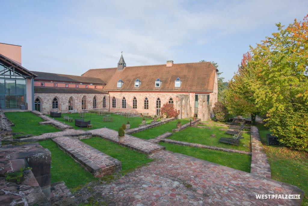 Blick auf Teile des ehemaligen Kreuzgangs des Klosters Hornbach aus dem 8. Jahrhundert.