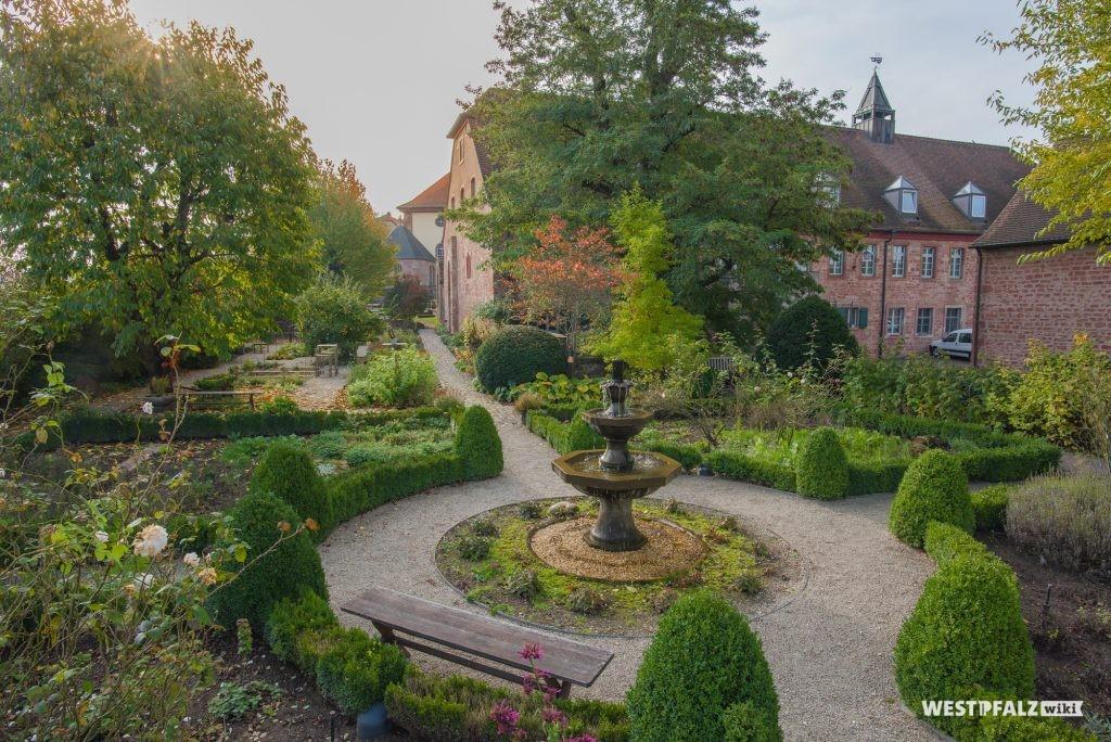 Blick in die Klostergartenanlage des Klosters Hornbach.