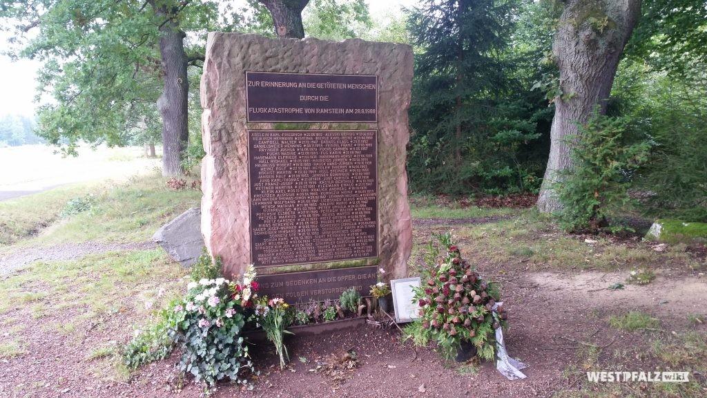 """Der Gedenkstein zur Flugtagkatastrophe am 28. August 1988 in Ramstein-Miesenbach - das zum 25. Jahrestag der Katastrophe errichtete Denkmal """"Ramstein air show disaster Memorial"""" für die Opfer des Flugtagunglücks"""