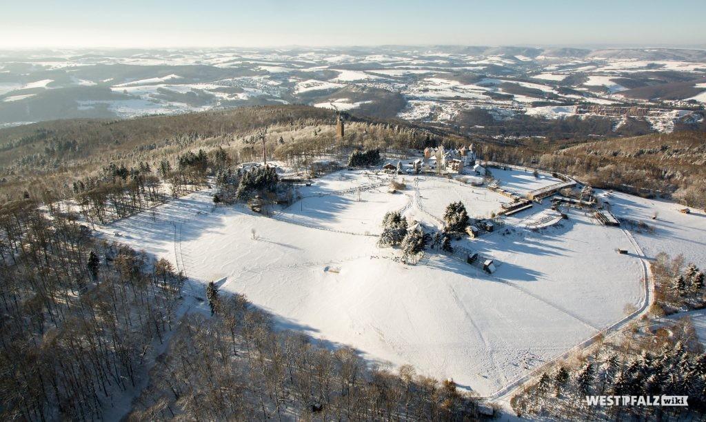 Luftaufnahme des Wildparks und Greifvogelzoos Potzberg. Im Hintergrund kann man den benachbarten Potzbergturm erkennen.
