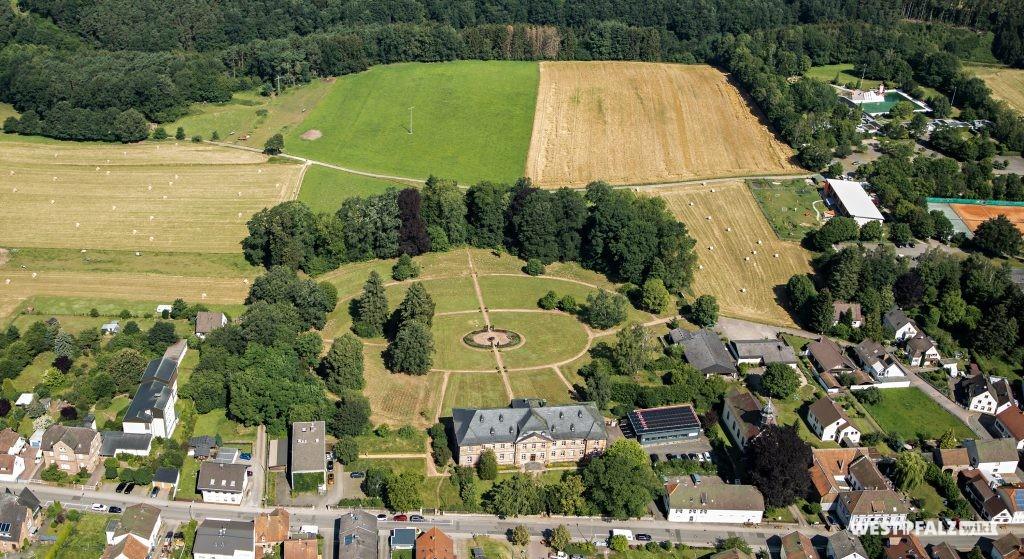 Luftaufnahme des Schlosses mit Parkanlage in Trippstadt