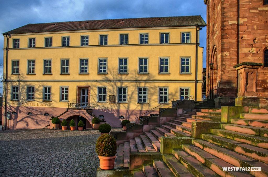 Blick auf einen Teil der heutigen Hotelanlage bei Kloster Hornbach, die nach Umbaumaßnahmen im Jahr 2000 eröffnet wurde. Am rechten Bildrand sind die Treppen zur Klosterkirche zu sehen.