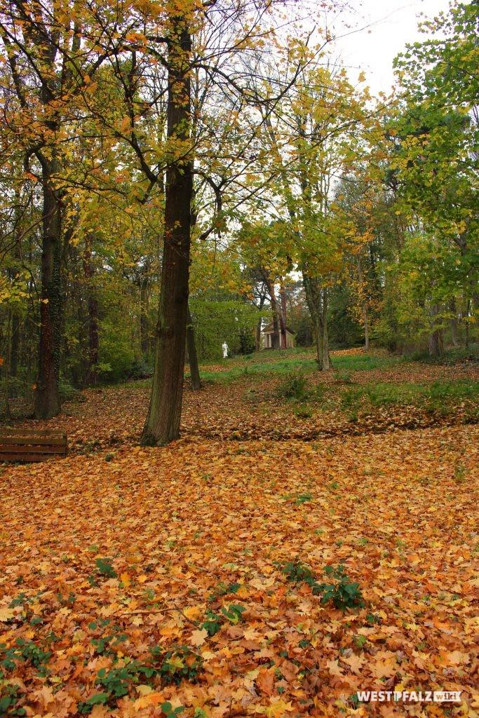 Blick über die Gartenanlage des Landschaftsparks Gienanth in Eisenberg.