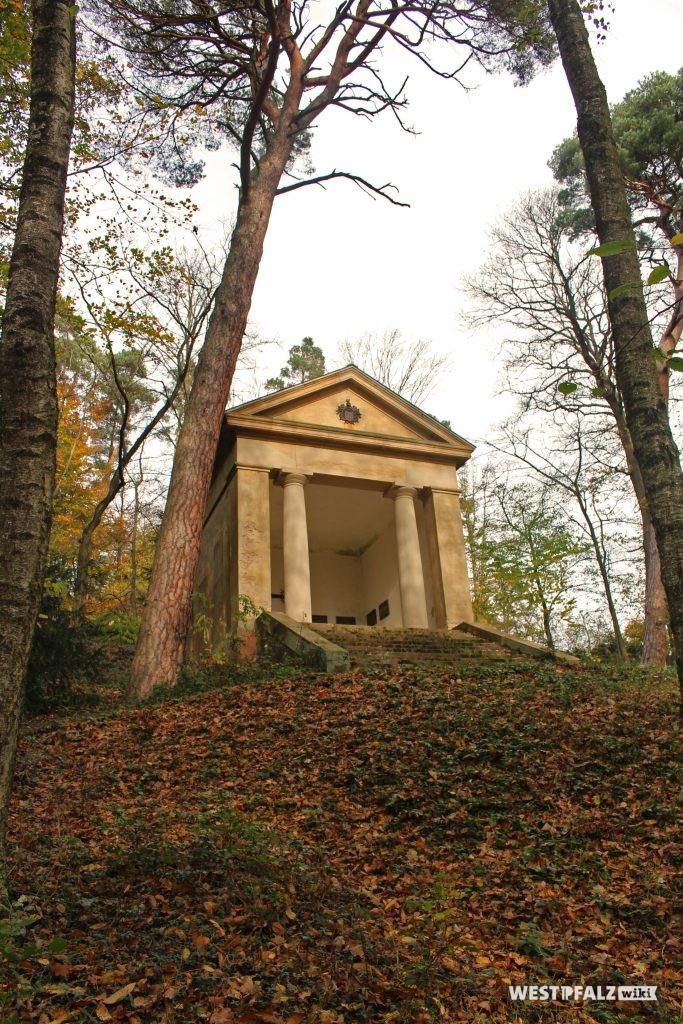 Pavillon, mit Gedächtnistafeln im Inneren, im Landschaftspark Gienanth.