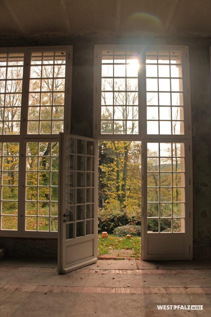 Offene Tür der Orangerie im Landschaftspark Gienanth.