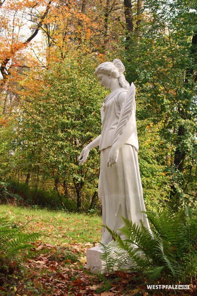 Überlebensgroße Statue im Landschaftspark Gienanth in Eisenberg.