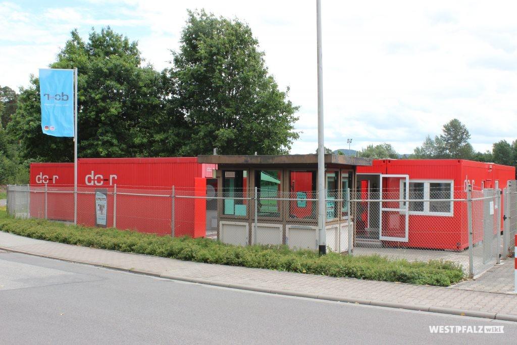 Das Containerdorf des Docu Centers Ramstein mit Blick auf das ehemalige US-Wachhäuschen der Fliegerstraße